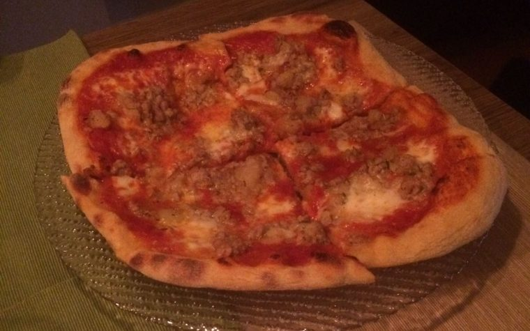 Pizza con salciccia